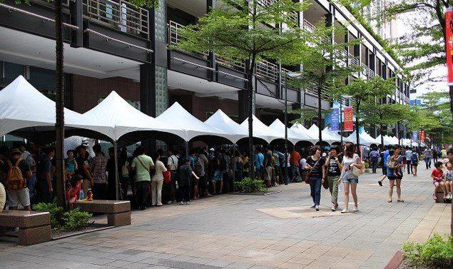 Жители Тайваня для покупки Xperia Z1 стали в громадную очередь