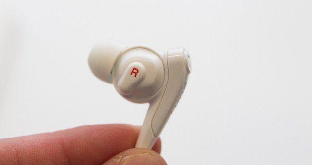 Sony Xperia Z2 имеет технологию цифрового шумоподавления - гарнитура  Sony MDR-NC31EM в комплекте со смартфоном