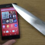 Экран Sony Xperia Z3 против ножа – игра в Fruit Ninja