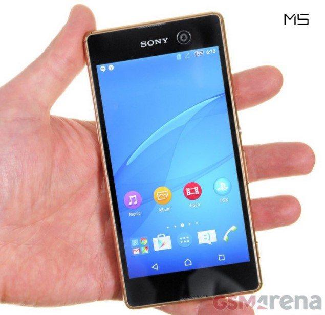 Sony Xperia M5 в руке